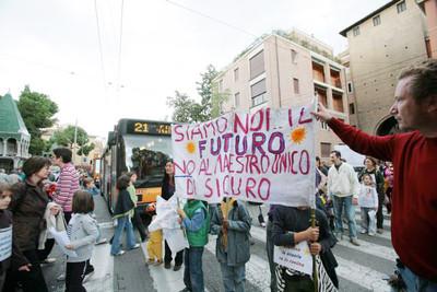 Una manifestazione alle scuole Longhena di Bologna
