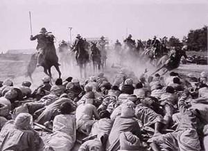 la disobbedienza civile della popolazione indiana ferma la carica di cavalleria degli inglesi (1915)