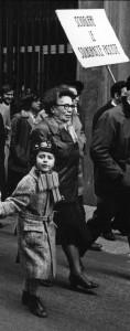 Teresa Noce col nipotino Luca nel 1971