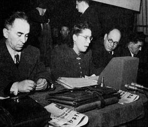 Teresa Noce durante il VI Congresso del PCI del 1947, assieme a (da sinistra) Luigi Longo, Agostino Novella e Giuseppe Di Vittorio