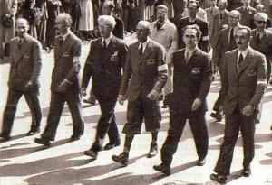 Milano, 5 maggio 1945  Sfila il comando generale del Corpo Volontari della Libertà. Da destra a sinistra: Enrico Mattei, Luigi Longo, Raffaele Cadorna, Ferruccio Parri, Giovanni Battista Stucchi, Mario Argenton.
